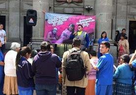La conmemoración del cumpleaños de Gabriela Barrios se desarrolló en el parque central de Xelajú, donde asistieron decenas de personas.(Foto Prensa Libre: Stereo 100)