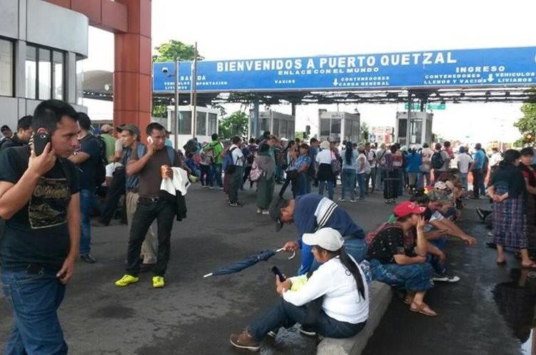 La paralización frente a Puerto Quetzal, Escuintla, se apostó desde las 7 de la mañana.