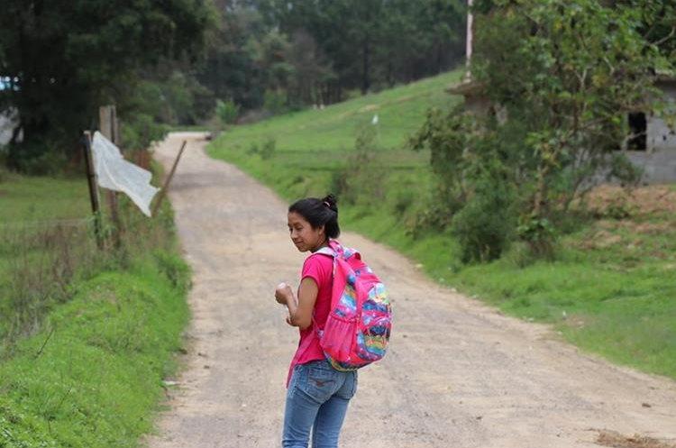 Sandra camino al colegio. Foto Prensa Libre: Héctor Cordero.