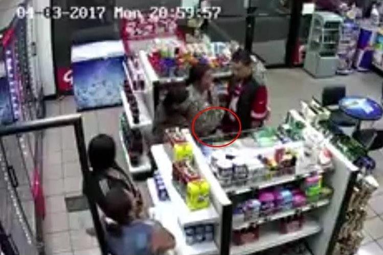 Cinco personas fueron grabadas cuando roban productos en una tienda en la zona 2 de Xela. (Foto Prensa Libre: Stereo 100 Xela)