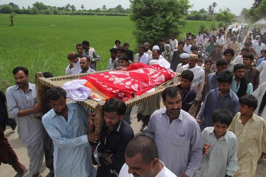Cientos de amigos, parientes y admiradores de Qandeel Baloch participan en su funeral llevado a cabo en la villa de Shah Sadar Din. (Foto Prensa Libre: AFP).