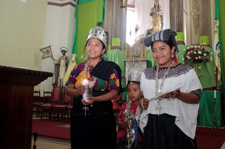 La mañana después de la noche de su coronación, la nueva Rabín Ajaw, visitó la iglesia de Cobán. (Foto Prensa Libre: Eduardo Sam)