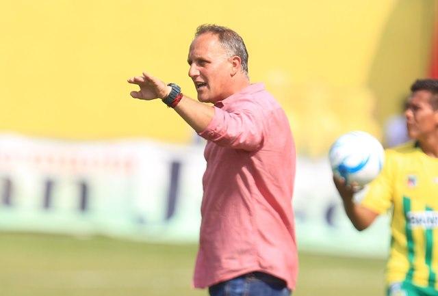 Ramiro Cepeda, técnico de Petapa, mantiene confía en darle vuelta al resultado el próximo domingo. (Foto Prensa Libre: Carlos Vicente).