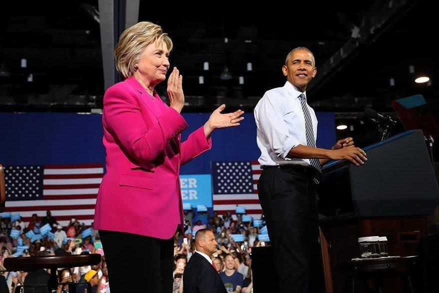 Hillary Clinton (i) y Barack Obama (d), durante una actividad. (Foto Prensa Libre: AFP).
