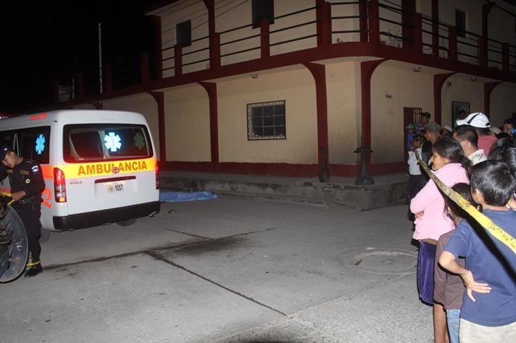 Socorristas y vecinos del barrio San Francisco, cabecera de Jalapa, observan cadáver de menor. (Foto Prensa Libre: Hugo Oliva)