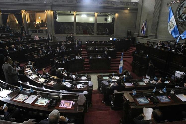 Diputados en la sesión en donde votan para dar marcha atrás a las reformas al Código Penal. (Foto: Prensa Libre: Carlos Hernández Ovalle)