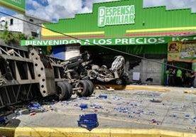 Un tráiler volcó frente a un supermercado ubicado en km 13.5.