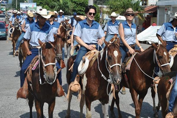 "<p>Decenas de jinetes participan en desfile hípico que se efectuó en Retalhuleu. (Jorge Tizol)<br _mce_bogus=""1""></p>"
