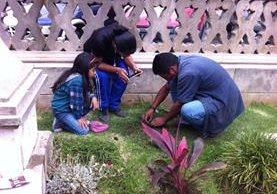 Dos niños participan en la jardinización del área verde del teatro en Xela. (Foto Prensa Libre: María José Longo)