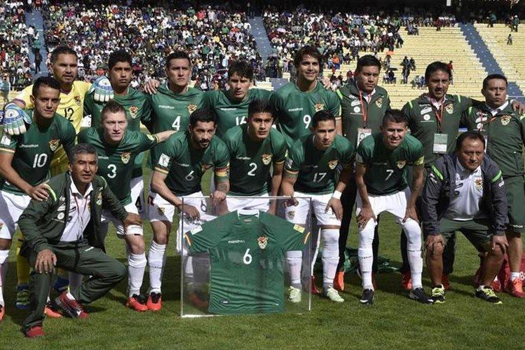 Los seleccionados de Bolivia previo al duelo con Paraguay en la eliminatoria a Rusia 2018. (Foto Prensa Libre: AFP)