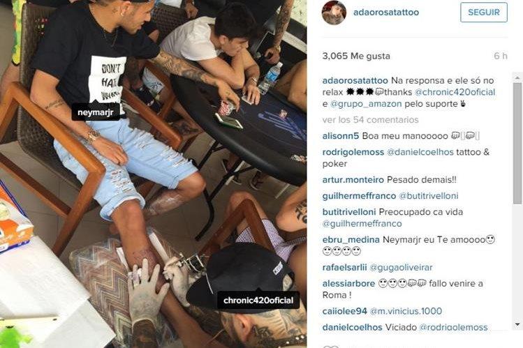 Adao Rosa realiza el nuevo tatuaje de Neymar. (Foto Prensa Libre: Instagram Adao Rosa)