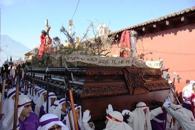 La procesión evoca al sacrificio de Jesús en su camino al Calvario. (Foto Prensa Libre: Renato Melgar)