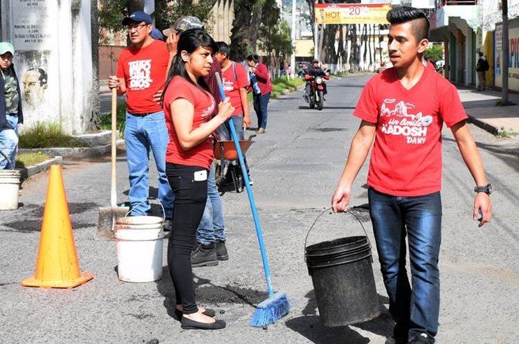 Jóvenes trabajaron desde muy temprano de este domingo. (Foto Prensa Libre: Carlos Ventura)