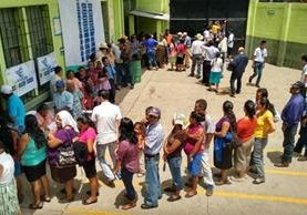 Los observadores ven con cautela la jornada electoral que elige a corporaciones municipales, diputados y al Presidente de Guatemala. (Foto Prensa Libre: P. Raquec)