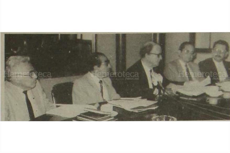 Arturo Herbruger, entonces presidente del Tribunal Supremo Electoral (tercero por la izquierda) da a conocer resultados oficiales de la primera vuelta electoral, el 12 de noviembre de 1990. (Foto: Hemeroteca PL)