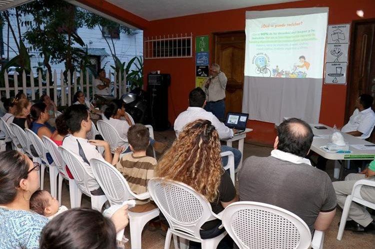 Las familias son capacitadas por recolectores de basura sobre cómo reciclar en sus viviendas. (Foto Prensa Libre: Dony Stewart)