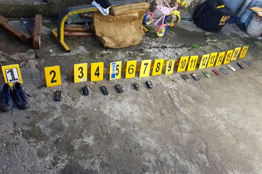 En la vivienda allanada la PNC localizó 14 teléfonos celulares. (Foto Prensa Libre: PNC)