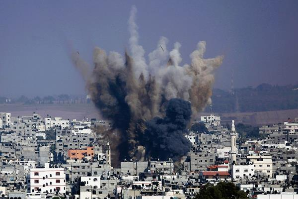 Una columna de humo y los escombros de un ataque israelí se levanta sobre la ciudad de Gaza. (Foto Prensa Libre:AP).