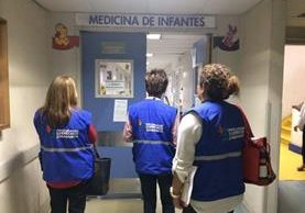 Personal de la Procuraduría de los Derechos Humanos ingresan al área de Medicina de Infantes del Hospital Roosevelt. (Foto Prensa Libre: PDH)