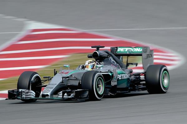 El piloto Lewis Hamilton fue precavido durante los ensayos en  Montmelo, Barcelona. (Foto Prensa Libre: AFP)