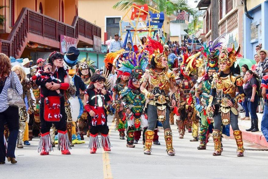 Personajes disfrazados recorren calles de Santa Cruz El Chol, Baja Verapaz, durante inauguración de la feria. (Foto Prensa Libre: Carlos Grave)
