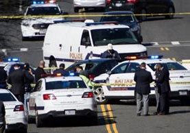 Vehículo en el que viajaba un hombre que intentó arrollar a agentes policiales es resguardado por autoridades en Washington, EE.UU. (Foto Prensa Libre: AFP)