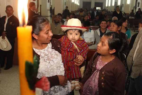 Decenas de padres llevan a sus hijos  a la iglesia de Cobán, Alta Verapaz.