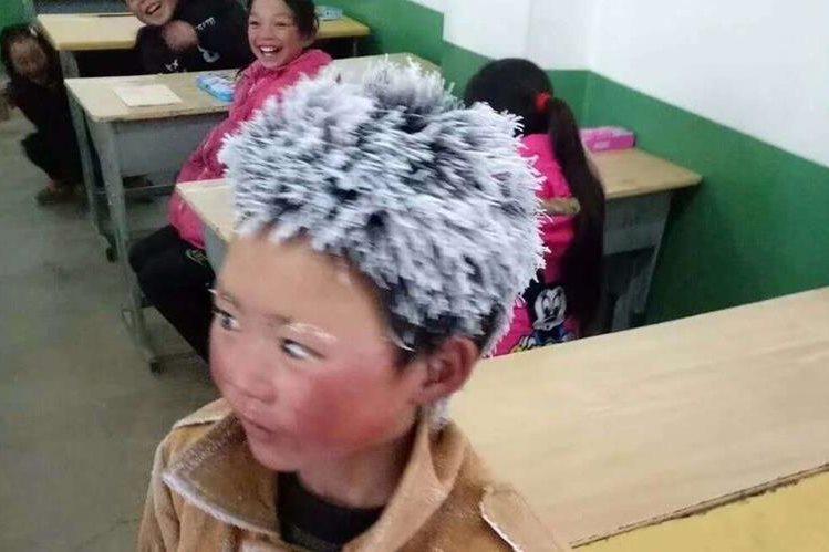 Niño llega a la escuela con el cabello congelado