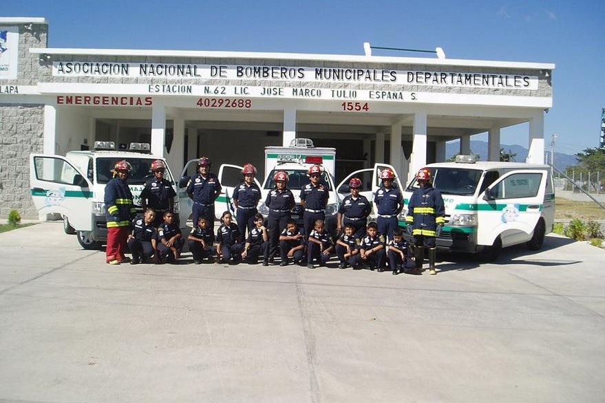 Fotografías de los bomberos municipales de Monjas con algunos niños, también brigadistas. (Foto: Facebook)