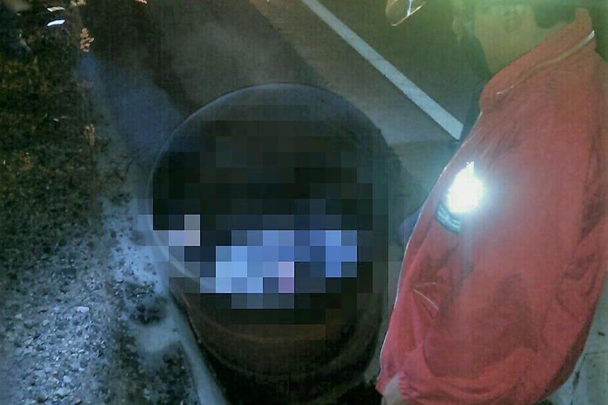 El cuerpo estaba dentro de un tonel a la orilla de la carretera. (Foto Prensa Libre: Bomberos Departamentales)