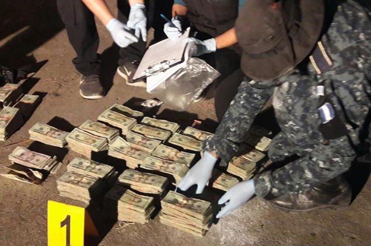 Fiscales y policías cuentan el dinero incautado. (Foto Prensa Libre: PNC).