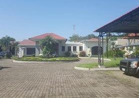 La propiedad está dividida por una amplia calzada y es coronada por una rotonda (Foto Prensa Libre:MP)
