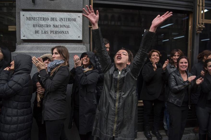 """Al grito de """"ni Una menos"""", decenas de mujeres protestan en la capital argentina por el asesinato y violación de Lucía Pérez. (Foto Prensa Libre: AFP)."""