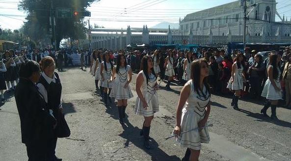 Varios centros educativos participan en el Desfile de Primaria de Xelafer 2015 (Foto Prensa Libre: @@stereo100xela)