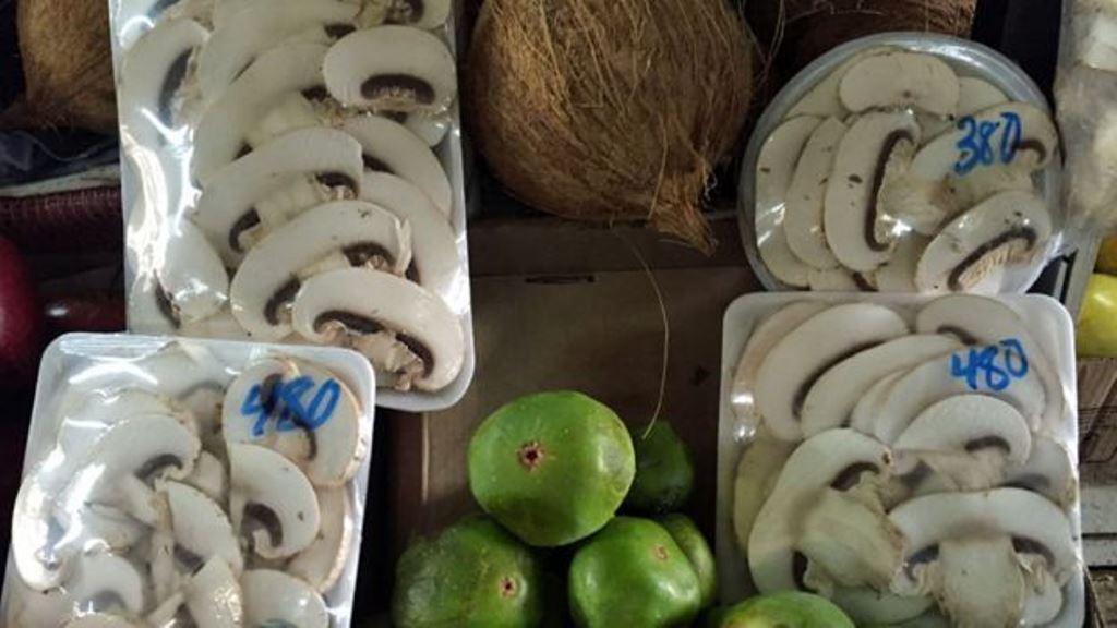 En bandeja rectangular la forma tradicional de comprar los champiñones. En la redonda, la nueva. DANIEL PARDO / BBC MUNDO