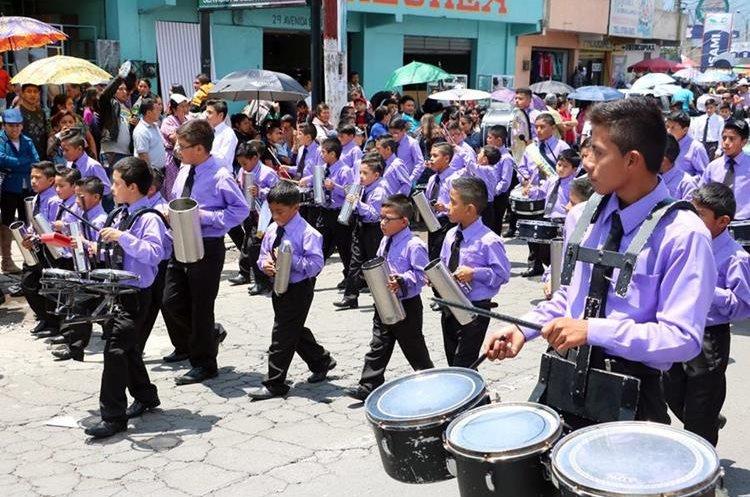 En el recorrido participaron unos 15 mil estudiantes del nivel primario de Quetzaltenango. (Foto Prensa Libre: Carlos Ventura)