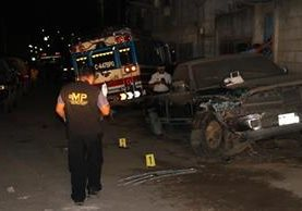 El Ministerio Público y la Policía Nacional Civil, recaban evidencias en el lugar de los hechos. (Foto Prensa Libre: Renato Melgar)