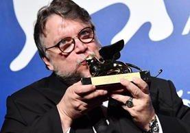 El director Guillermo Del Toro celebra tener en sus manos el máximo galardón del Festival Internacional de Cine de Venecia. (Foto Prensa Libre: EFE)