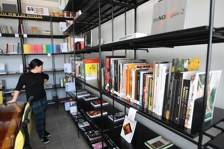 El centro de documentación posee libros, videos y audios sobre arte contemporáneo, sociología e historia del país.(Foto Prensa Libre: Érick Ávila)