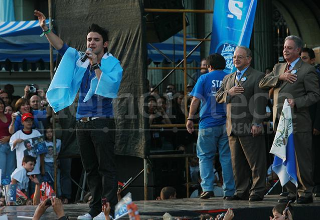 Carlos Peña durante un recital en la Plaza de la Constitución el 1 de octubre de 2007 observan el presidente de Guatemala Óscar Berger y el vicepresidente Eduardo Stein.  (Foto: Hemeroteca PL)