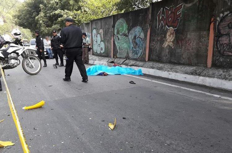 El cuerpo quedó a decenas de metros de la motocicleta. (Foto Prensa Libre: Érick Ávila)