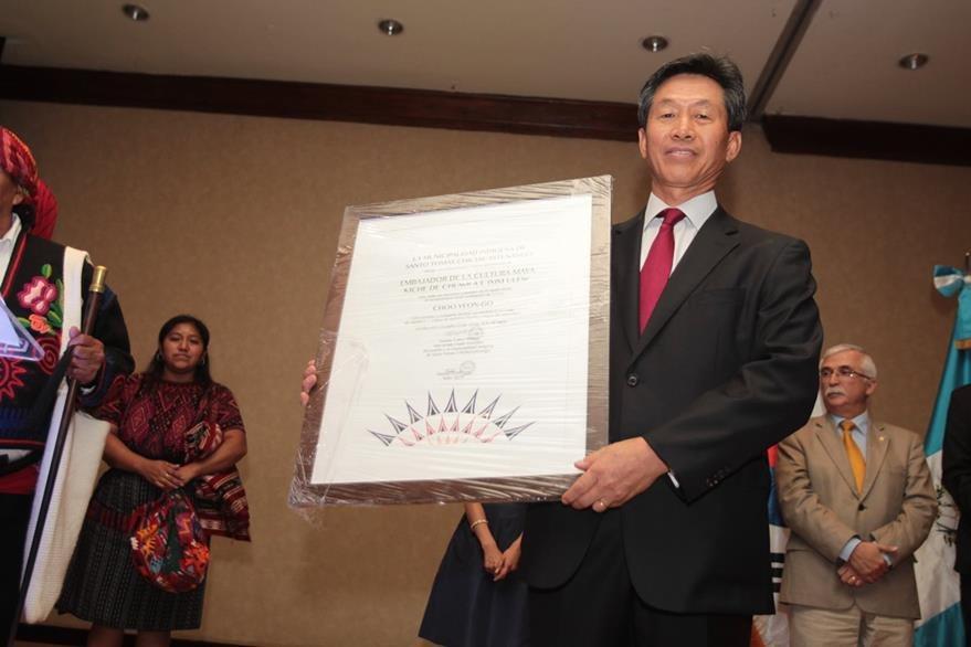 Choo Yeon Gon, embajador de Corea en Guatemala, muestra el pergamino que lo acredita como embajador vitalicio de la cultura maya. (Foto Prensa Libre: Edwin Castro)