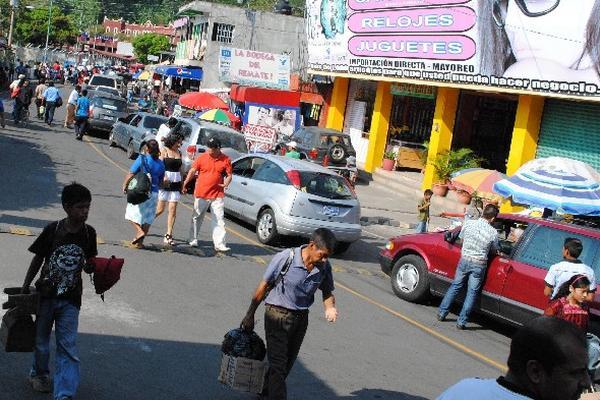 Cola de vehículos, en el Carmen Frontera.