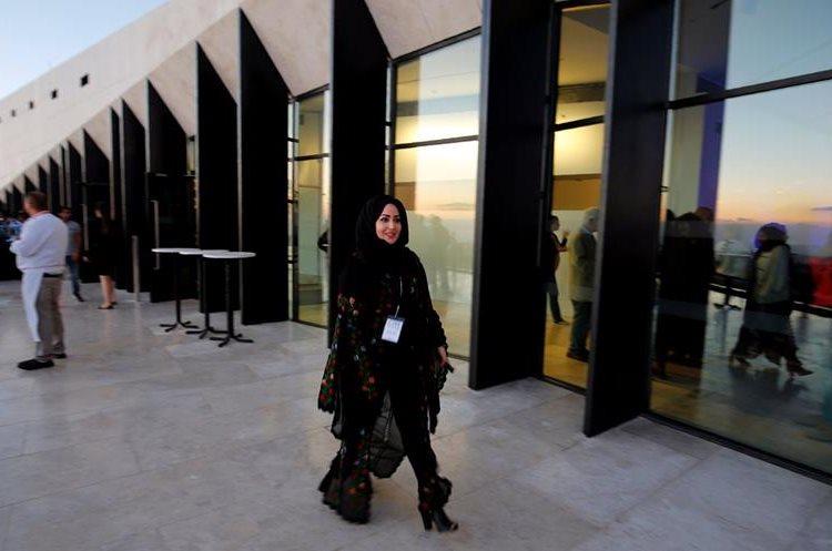 Una mujer camina en una de las calles de Palestina. (Foto Prensa Libre: AFP).