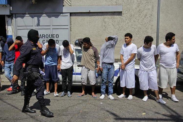 <em>Autoridades acusan a las pandillas Barrio 18, Mara Salvatrucha&nbsp; (MS13) y otras minoritarias de mantener los altos índices homicidios.&nbsp; (Foto Prensa Libre: EFE).</em>