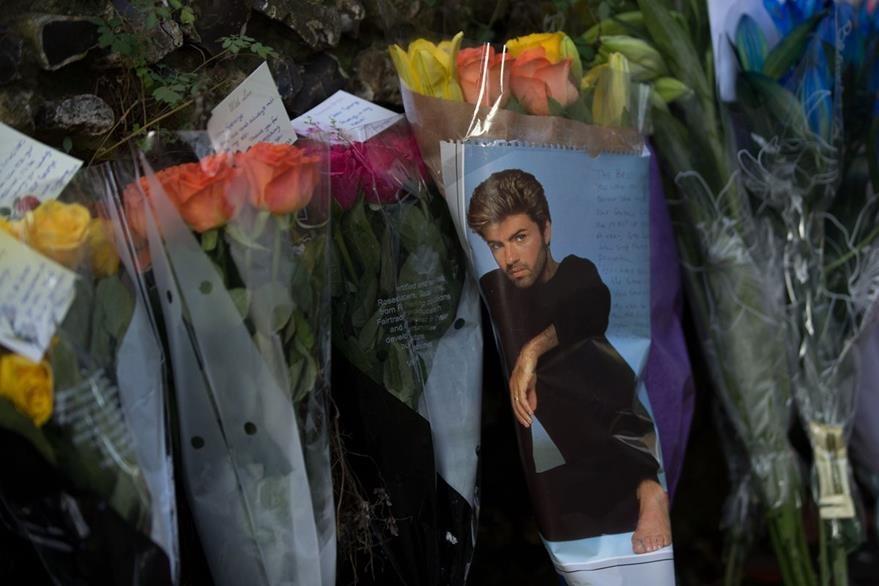 Cientos de fanes lloraron la muerte de George Michael. (Foto Prensa Libre: AFP)