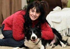 <p>Josie Conlan y su perro Ted, que le detectó un tumor que luego resultó ser cáncer de mama. (Foto Prensa Libre: gazettelive.co.uk)</p>