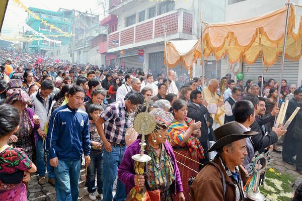 Procesión del Corpus Christi recorre calles de la cabecera de Sololá. (Foto Prensa Libre. Édgar René Sáenz)