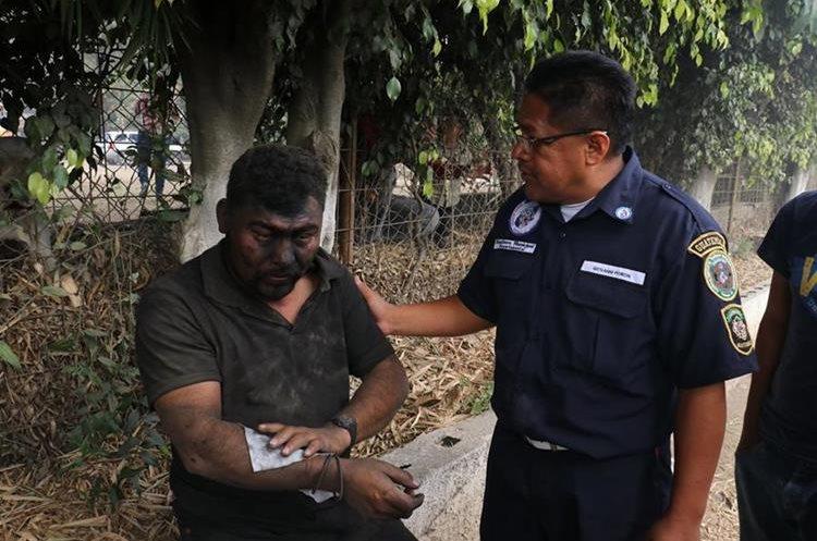 El piloto relató que estuvo a punto de morir por el estallido de las llantas, pero solo sufrió golpes leves. (Foto Prensa Libre: Víctor Chamalé)
