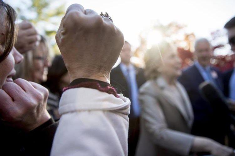 La candidata democrata fue ovacionada al emitir su voto.